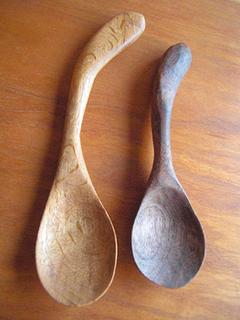 ナラの木のスプーンとブラックウォールナットのスプーン。